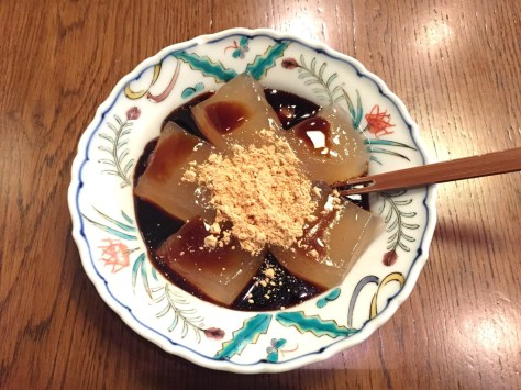 Warabimochi (蕨餅, warabi-mochi) is a jelly-like confection made from bracken starch and covered or dipped in kinako (sweet toasted soybean flour). It differs from true mochi made from glutinous rice.